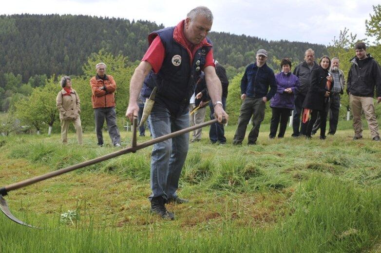 Albrecht Götz aus Erlbach ist beim Sensenwettbewerb mit dabei.