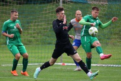Meeranes Stürmer Julian Rudolph (dunkles Trikot) hatte gegen abwehrstarke Oelsnitzer vorige Woche einen schweren Stand.