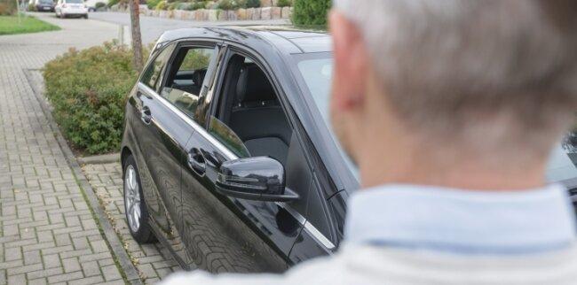 Weil die vordere und hintere Scheibe der rechten Seite seines Autos offen standen, ließ die Polizei den Wagen von Jörg Hitz abschleppen.