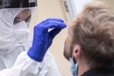 Die Anzahl der Neuinfektionen binnen eines Tages hat in Deutschland einen neuen Höchstwert erreicht.