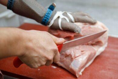 Fleischermeister wie Rico Schaarschmidt sorgen mit ihrer Handarbeit für Abwechslung auf den Tellern der Erzgebirger.