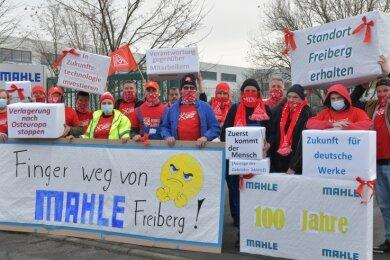 Mitarbeiter der Frühschicht protestierten am Dienstag mit Plakaten voller Forderungen am Werktor.