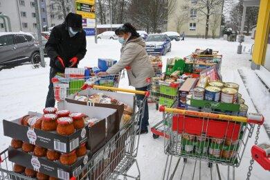 Marcel Gläser vom Verein Simante und Gudrun Srednicki vom Stadtteilmanagement Chemnitz-Süd gehen alle zwei Wochen einen Großeinkauf machen. Die Waren kommen dann Vereinen und Einrichtungen zugute, die Bedürftige unterstützen.