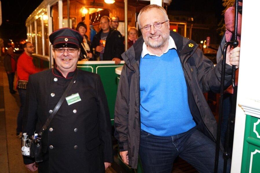 Kulturamtsleiter Michael Löffler (rechts) und Holger Stoll sind vor zwei Jahren mit der historischen Straßenbahn zur Museumsnacht unterwegs gewesen. Die alte Tram wird wieder im Einsatz sein.
