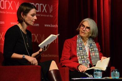 Donna Leon (rechts) auf der Bühne mit der Schauspielerin Annett Renneberg.