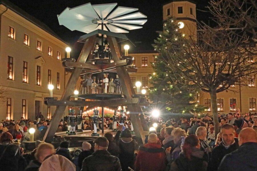 Der Crimmitschauer Weihnachtsmarkt zu Zeiten, als noch nicht Corona für Einschränkungen sorgte. Pyramide und Weihnachtsbaum, der gespendet wird, sorgen für die passende Stimmung auf dem Markt.