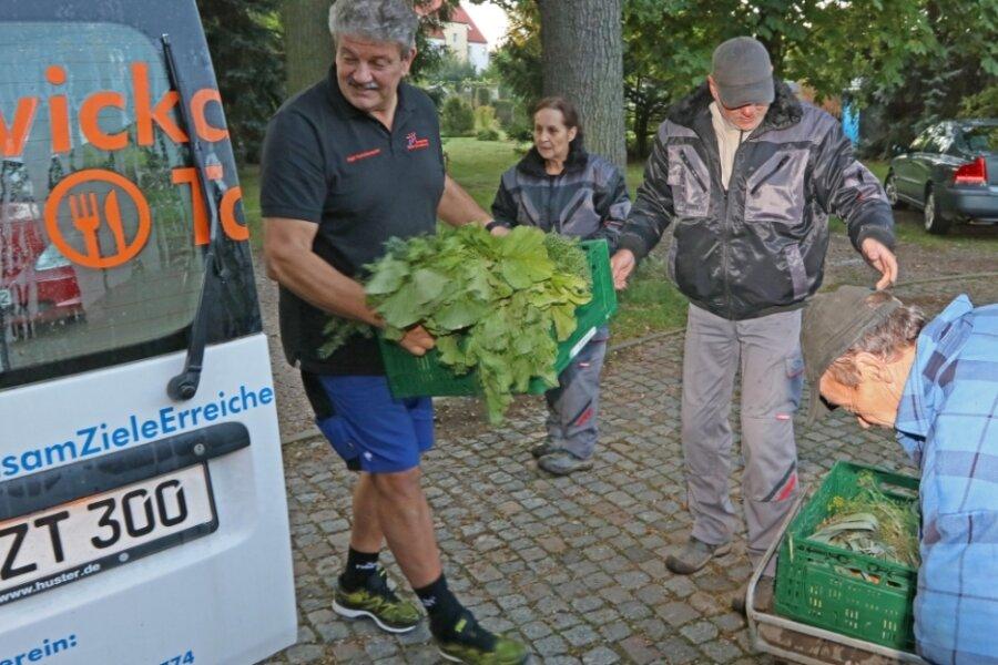 Ralf Hutschenreuter (links) holte Donnerstagmorgen von Ramona Egerland, Uwe Teicher und Uwe Koch (rechts) frisch geerntetes Gemüse für die Zwickauer Tafel ab.