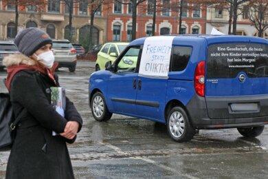 "Maxi Himmler erinnerte am vergangenen Samstag auf dem Zwickauer Platz der Völkerfreundschaft während des Autokorsos der ""Querdenker""-Bewegung an ihren verstorbenen Vater."