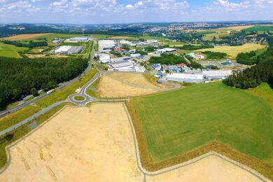 Die hellen Flächen im Vordergrund sind Teil der 3,9 Hektar, die die Hawle Kunststoff GmbH für ihre Bauvorhaben an der A 72 bei Reichenbach erworben hat.