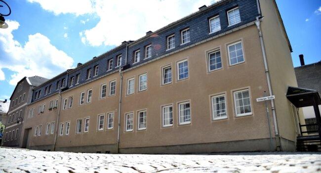 Die Häuserreihe Freiberger Straße 1-5 in Adorf - für Studenten eine Häuserfront mit Potenzial.