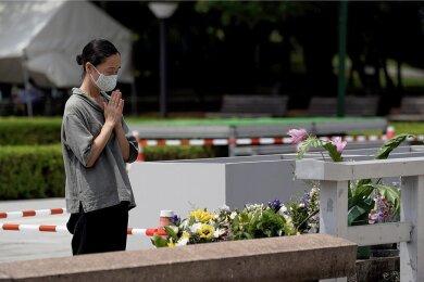Eine Frau betet vor dem Grabmahl im Friedenspark von Hiroshima für die Opfer des Atombombenabwurfs auf die japanische Stadt. Der US-amerikanische Atombombenabwurf jährt sich zum 75. Mal.