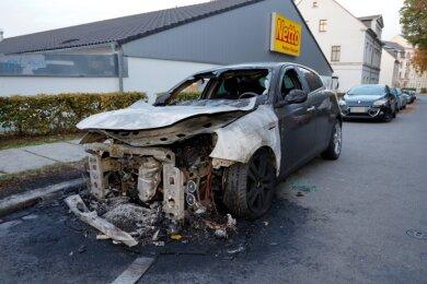 Der Alfa Romeo ist in der Nacht zum Donnerstag an der Florastraße ausgebrannt. Im Neefepark stand ein weiteres Auto in Flammen.