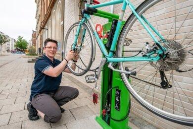 Jacqueline Drechsler von der Bürgerplattform Chemnitz-Mitte mit ihrem Rad an der neuen Fahrrad-Reparaturstation auf dem Brühl.