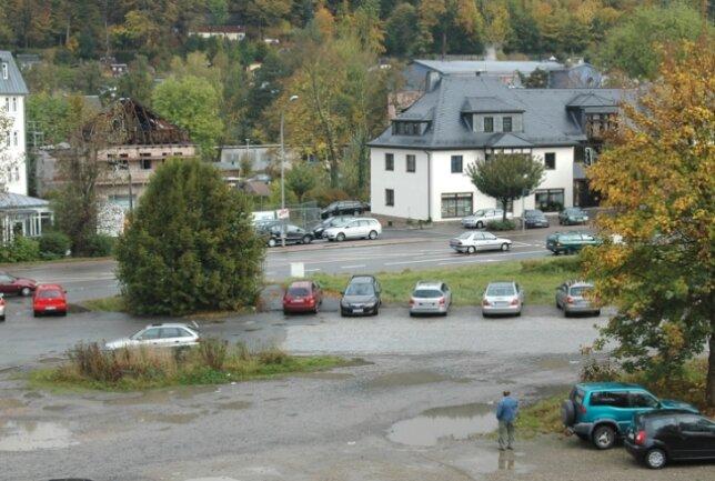 Kein Blickfang an der Schwarzenberger Hauptverkehrsader: Die unschöne Brachfläche soll als Großparkplatz gestaltet werden.