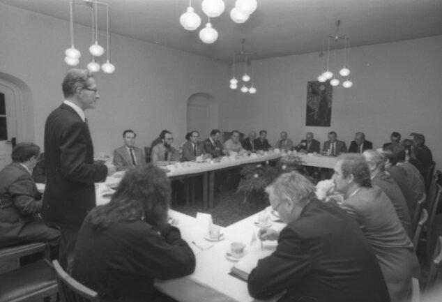 Superintendent Günther Mieth (stehend) war einer der drei Moderatoren des Runden Tisches in Zwickau. Ihm gehörten nicht nur die neuen Parteien an, sondern auch Vertreter der SED.