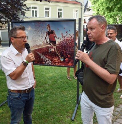 Zur Eröffnung der Perspektiva interviewte Moderator Gerd Edler (l.) Fotograf Uli Staiger, dessen Fotos in Oederan zu sehen sind.