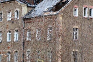 Das Feuer hat weitere Schäden am maroden Gebäude am Fabrikweg in Falkenau angerichtet.