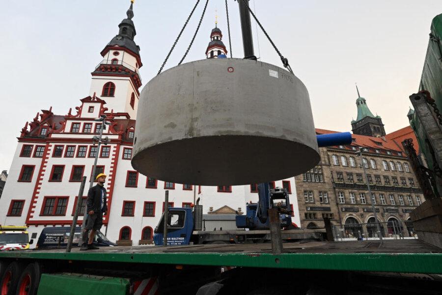 Am Mittwochmorgen sind die Fundamente des neuen Marktbrunnens eingetroffen.