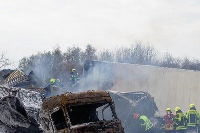 Die Trümmer der beiden Lkw blockierten am 22. Januar über mehrere Stunden die A 72 nahe der Anschlussstelle Plauen-Ost. Die Ermittlungen haben bisher keine Erkenntnisse zur Unfallursache gebracht.