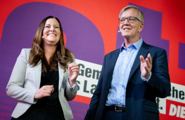 Janine Wissler (l), Parteivorsitzende der Partei Die Linke, und Dietmar Bartsch, Fraktionsvorsitzender der Partei Die Linke, stellen sich als Spitzenkandidatenduo für die Bundestagswahl vor.