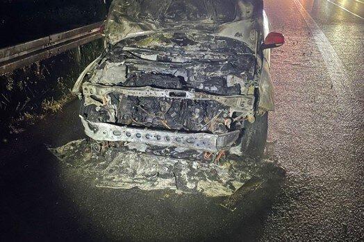 Trotz Feuerwehreinsatzes war der Wagen nicht mehr zu retten.