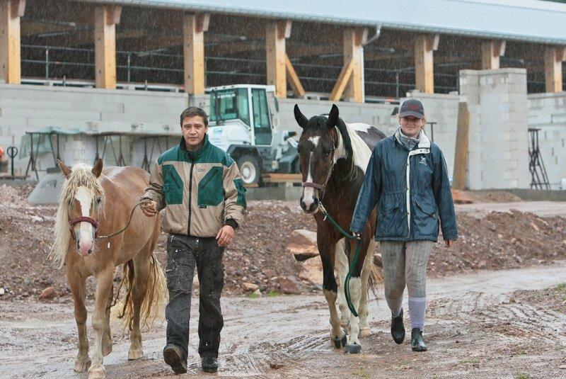 """<p class=""""artikelinhalt"""">Alexander Funke und Marlen Hauke mit den Pferden Havanna und Laura vor der neuen Reithalle in Eibenstock, die nach vergleichsweise kurzer Bauzeit am 4. September planmäßig eröffnet wird. </p>"""