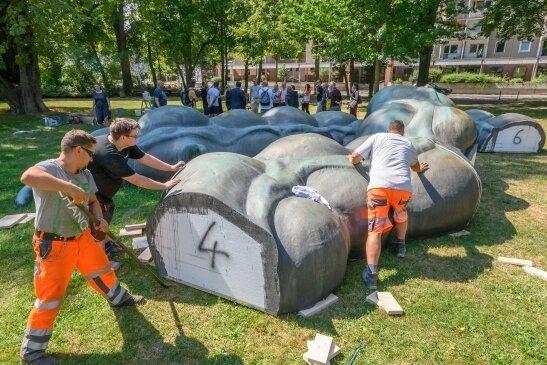 """Das Werk """"Der Darm"""" von Anetta Mona Chisa und Lucia Tkácová am Schillerpark - hier ein Foto vom Aufbau - bleibt erhalten."""