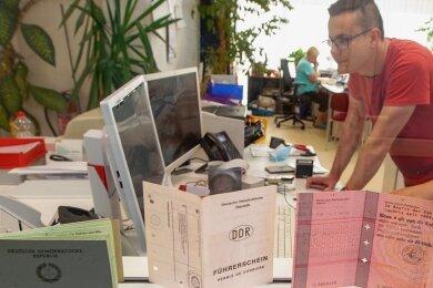 Viel Arbeit in der Führerscheinstelle in Plauen, hier Annett Pohl und Nils Spranger vom Sachgebiet Fahrerlaubnisrecht.