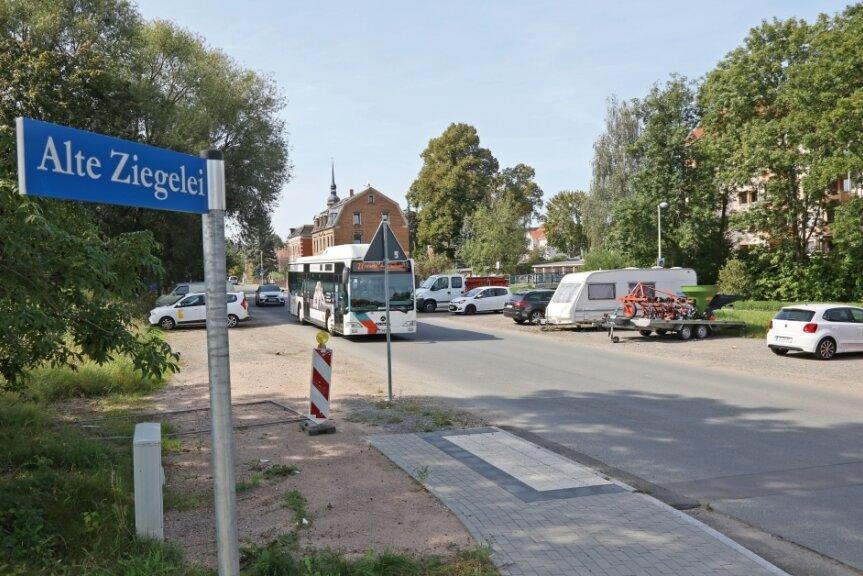 An der Hoferstraße sollten sich in der Nähe der Alten Ziegelei längst die Kräne zum Bau des neuen Gerätehauses der Feuerwehr drehen. Wegen zu hoher Kosten erfolgte noch nicht einmal die Grundsteinlegung.