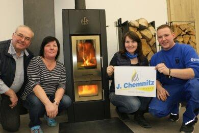 Joachim und Ines Chemnitz (links) mit Tochter Lisa Kaul und Sohn Richard Chemnitz im neuen Firmendomizil. Zum Jubiläum können sie auch ein neues Firmenlogo präsentieren.