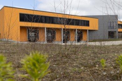 """In diesem Komplex im Elterleiner Gewerbegebiet """"Am Gansberg"""" wurden einst Maßmöbel produziert. Aufgrund eines technischen Defekts kam es im Juni 2017 zu einem Brand, durch den eine Halle zerstört wurde. Ursprünglich wollte die Möbel-Firma trotz des Millionenschadens weitermachen, gab den Standort später aber doch auf. Nun siedelt sich offenbar bald ein anderes Unternehmen dort an."""