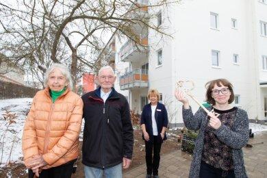 Freudestrahlend begrüßte Annika Schaub (rechts) am Dienstag die ersten Mieter Hannelore McClelland (links) und Werner Kohn. Ihnen stets zur Seite steht Undine Hoffmann als Hausdame.
