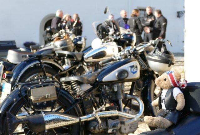 Am Fuß des Dicken Heinrichs in Zschopau tummelten sich am Samstag zahlreiche Biker - und die Glücksbringer auf ihren Maschinen.