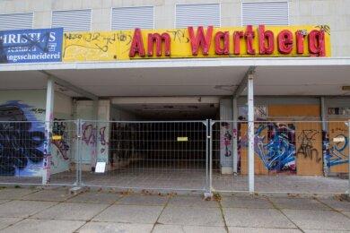 Aus den 1970er-Jahren stammt das Einkaufszentrum am Wartberg am Chrieschwitzer Hang. Seit Anfang November wird es abgerissen. Auch die unterirdische Diskothek Prince kommt weg.