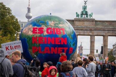 Klimaprotest in Berlin. Die Politik muss ein höchstrichterliches Urteil zum Klimaschutz umsetzen - und macht Tempo.