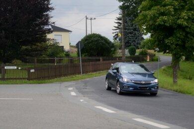 Die Zufahrt auf die Treuener Straße in Schönau aus Richtung Neuensalz soll im Zuge der geplanten Bauarbeiten entschärft und sicherer gestaltet werden. Diese Zusage haben die Schönauer jetzt dem Landratsamt abgerungen, das die Sanierung der Straße nun für 2022 vorbereitet.