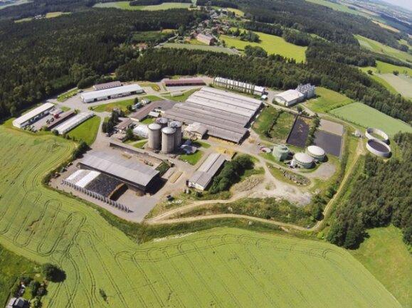 Blick von oben auf das Firmengelände der Agrofarm Eichigt, die mit dem Bio-Großhändler Dennree aus Töpen einen neuen Eigentümer hat.