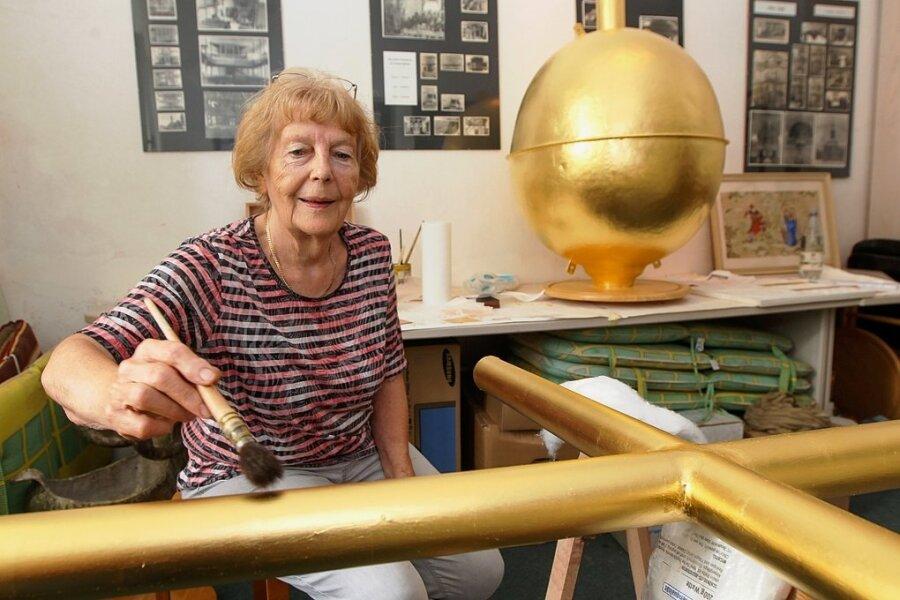Glänzendes Gold: Die Plauener Restauratorin Sonnhild Müller hat ihren Auftrag für die Chemnitzer Jakobikirche jetzt fertiggestellt.
