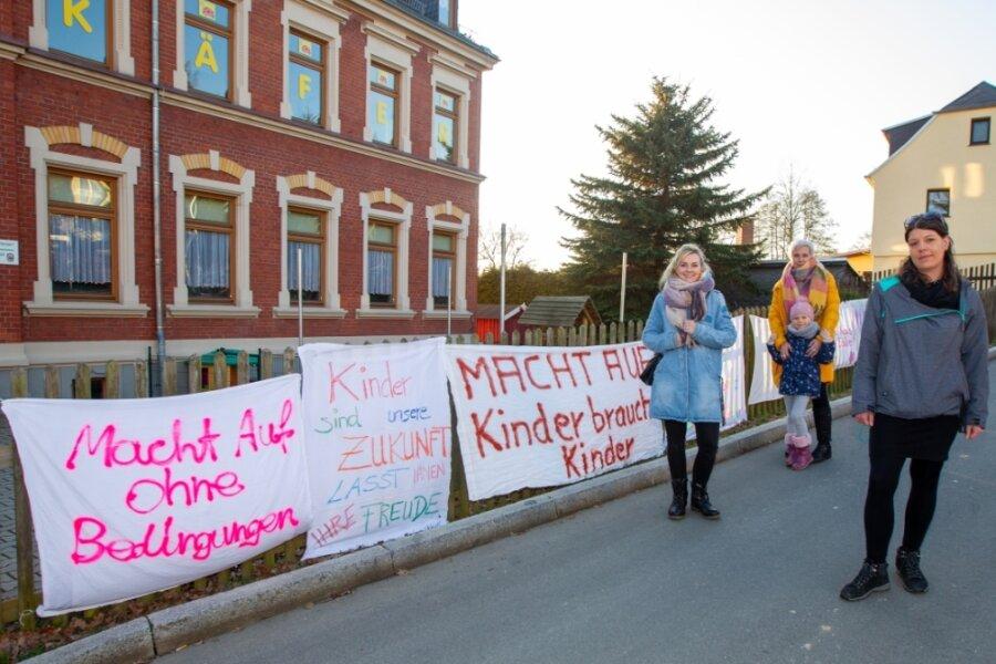 Mit Plakaten haben Eltern aus Großfriesen vergangene Woche auf die schwierige Situation in Folge der Kita-Schließung aufmerksam gemacht.