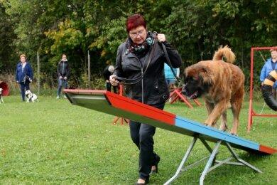 Die Leonberger-Hündin Gina und ihre Besitzerin Marlene Weiß aus Neuensalz trainieren auf dem neuen Agility-Platz.