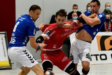 Beim 26:23-Sieg des EHV in Ferndorf packten Aues Kevin Roch (l.) und Adrian Kammlodt kräftig zu, um Gegenspieler Thomas Rink vom Ball zu trennen. Ähnlich rassige Auftritte sind nun in den Derbys gefragt.