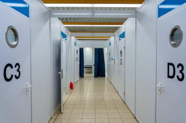 """Der Blick ins Impfzentrum Eich: Was tut sich in diesen Kabinen und hinter den Vorhängen? Eine Mitarbeiterin der """"Freien Presse"""" hat die Probe aufs Exempel gemacht."""