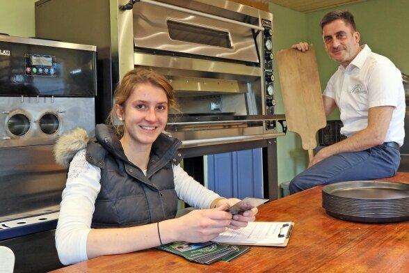 Mathias Wrobel will nun auf dem Genusshof in Niedermülsen den Pizzaofen anwerfen und Pizza zum Abholen anbieten. Tochter Larissa (Foto) wird dabei helfen.