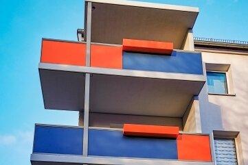 In den Farben der SWG zeigen sich die neuen Balkone, hier an der Glück-Auf-Straße. Einige ragen über die Giebelseite hinaus und ermöglichen so einen Rundumblick.