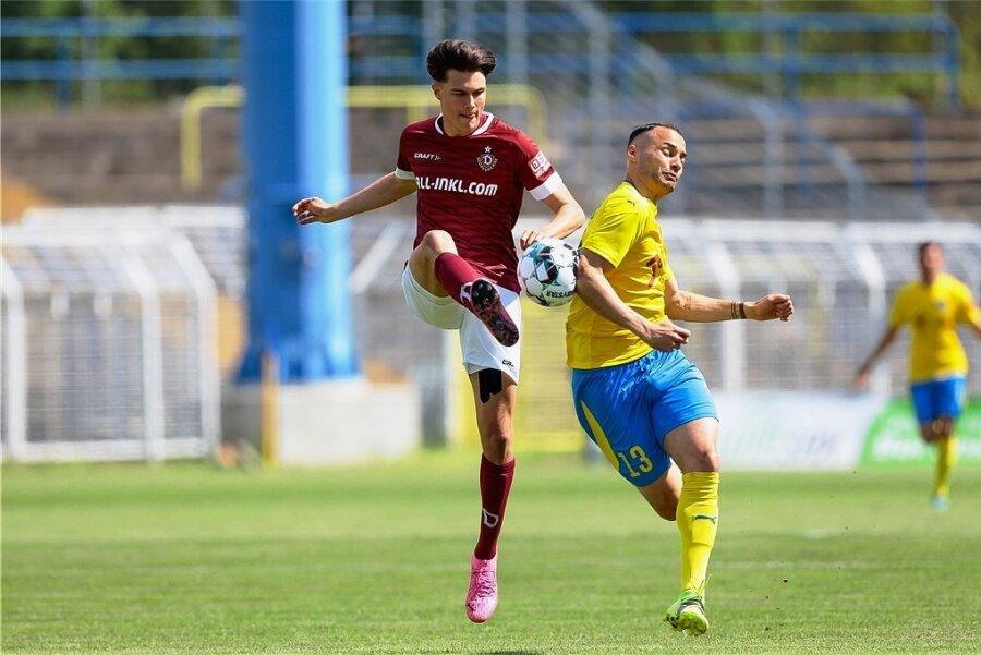 Schlüsselszene nach 20 Sekunden: Dynamos Lorenz Hollenbach verliert den Ball gegen Lok Leipzigs Djamal Ziane, der danach das frühe 1:0 macht.