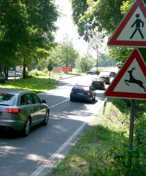 Der starke Verkehr vor dem Erdmannsdorfer Freibad ist zwar mit der aufgehobenen Umleitungsstrecke abgeebbt, aber die Gefahr vor allem für Radfahrer und Fußgänger bleibt.