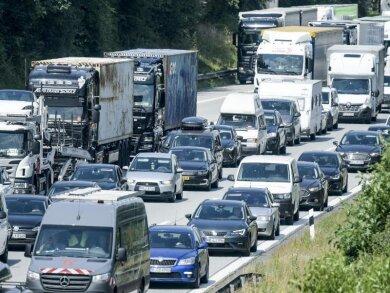Fahrzeuge stehen auf der Autobahn im Stau.