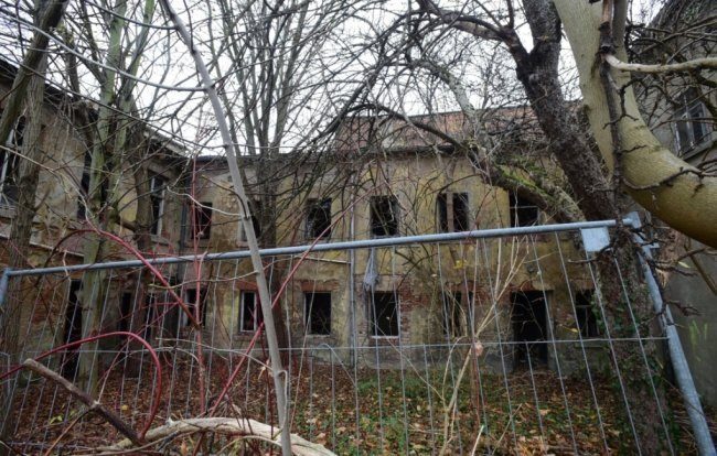 Das Areal einer ehemaligen Produktionsstätte an der Frohnbachstraße in Limbach Oberfrohna gilt als Schandfleck. Die Brache soll nach Jahren des Leerstandes und Verfalls abgerissen werden.