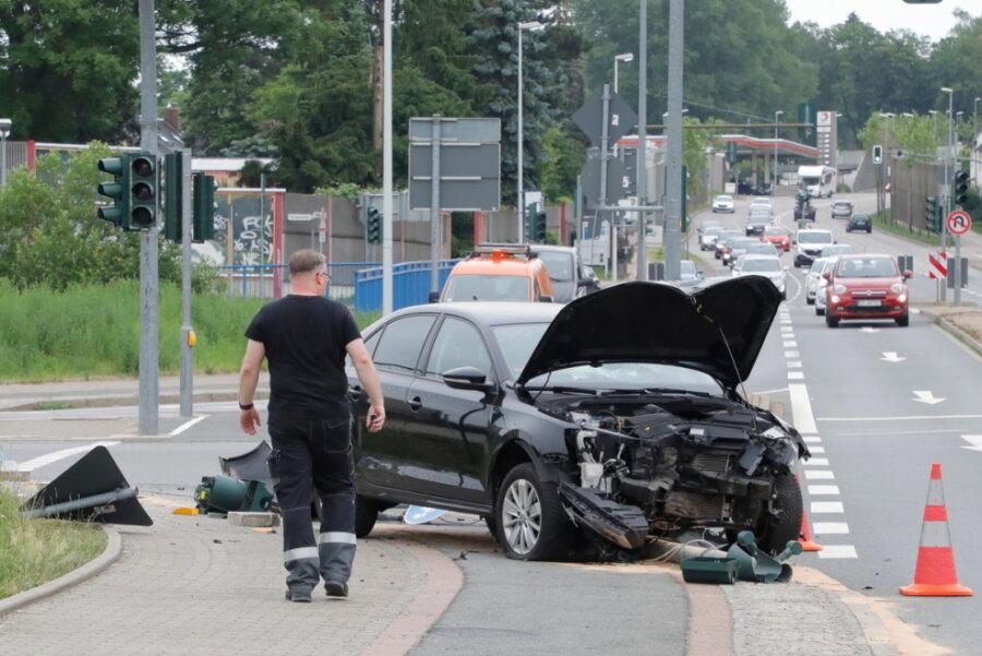 VW muss Radfahrer ausweichen und fährt gegen Ampel