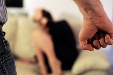 Etwa 98 Prozent der Betroffenen von häuslicher Gewalt, die sich an die Interventions- und Koordinierungsstelle zur Bekämpfung häuslicher Gewalt und Stalking, kurz IKOS wenden, sind Frauen.